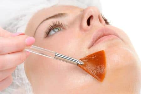 39018415-facial-peeling-mask-applying